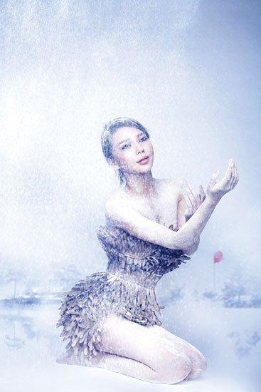 美女歌手艾莉莎:新年万象更新 挺红魔(组图)