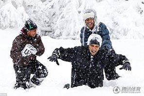 原来你是这样的奥巴马:雪中打滚
