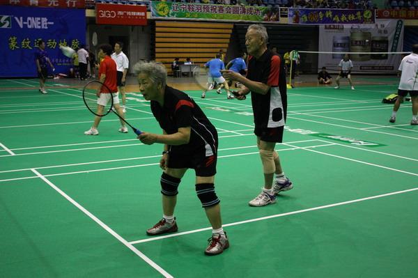 全国中老年羽球邀请赛举行 九旬老人上阵参赛