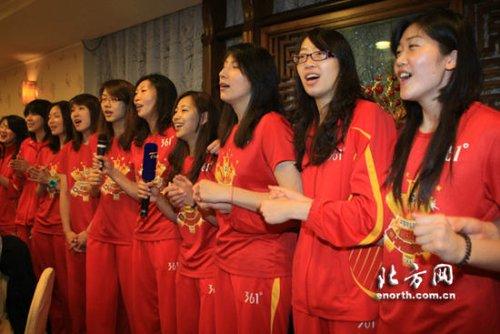 天津女排夺冠秀八星T恤 与球迷高歌真心英雄