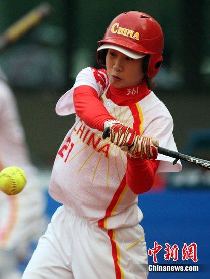 图文:亚运垒球 中国队9比0战胜泰国队