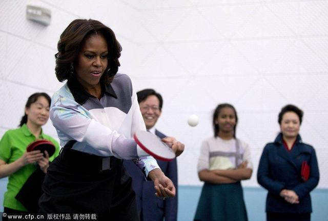 中美第一夫人参观学生米歇尔与中学打乒乓球游泳帽机器图片