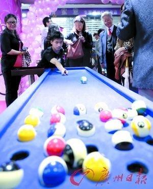 首届桌洞球比赛广州举行 受众广泛极具娱乐性