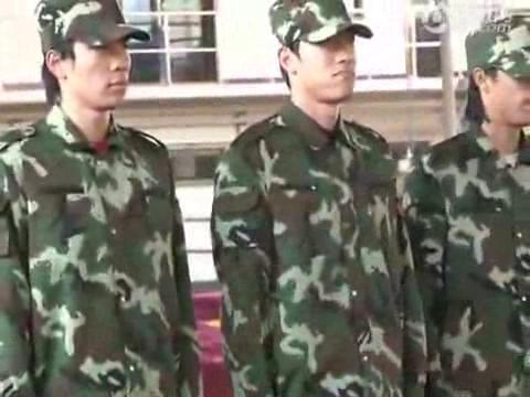 视频:刘翔首次正式军训 迷彩飞人秀标准军姿