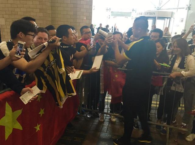 张玉宁首发维特斯2-3纽卡 赛后为中国球迷签名
