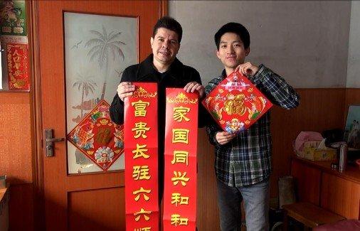 青岛洋帅农村过新年 拜年秀中文盛赞中国炕