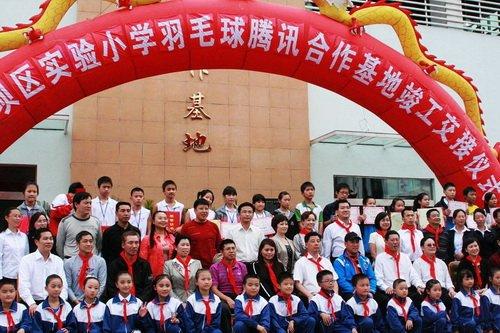 李永波回访国羽腾讯希望小学 为灾区学生颁奖