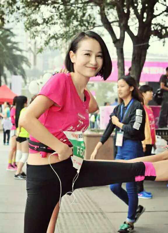 重庆国际女子半马南滨路开跑 美女养眼身材火
