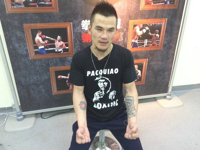 """个纹身,左边是拳击的英文""""boxing"""",右臂则为一副海水包裹 太阳 的图案"""