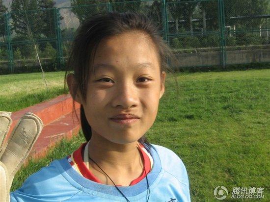 听力障碍难挡少女足球梦 两年锤炼学会坚强
