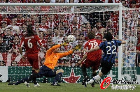 班牙伯纳乌球场打响,由国际米兰对阵拜仁慕尼黑,目前国米暂时1:0