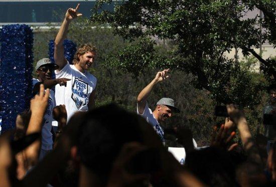 小牛举行总冠军游行 25万球迷顶38度高温庆祝