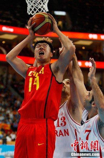 11月25日,广州亚运会中,中国男篮以68比65的比分,艰难战胜伊朗队,成功杀入决赛。中新社记者 杜洋 摄