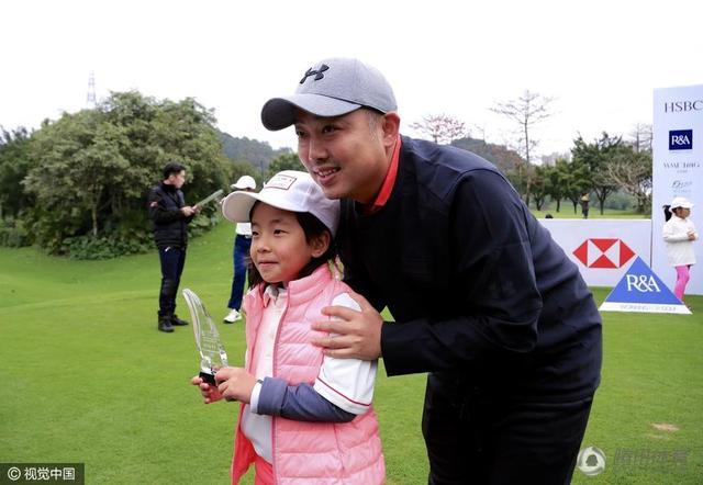 刘国梁陪女儿参加高球赛 培养大满贯绝非玩笑