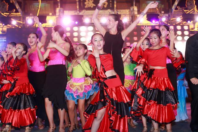 世界体育舞蹈相约成都 上千顶级选手青城比舞