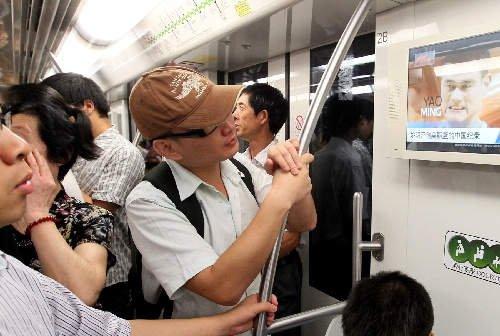上海市民关注姚明退役 地铁中观看直播(图)