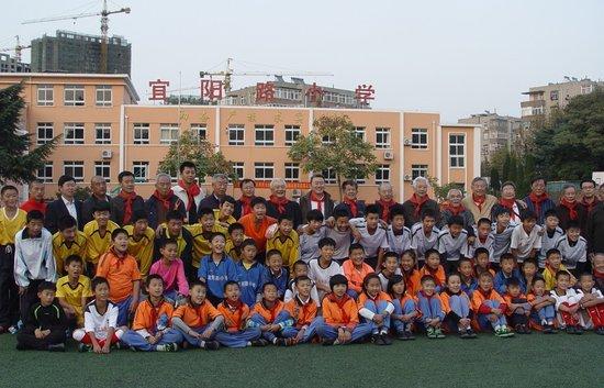 足坛名宿进校园指导小球员 教孩子踢球要动脑