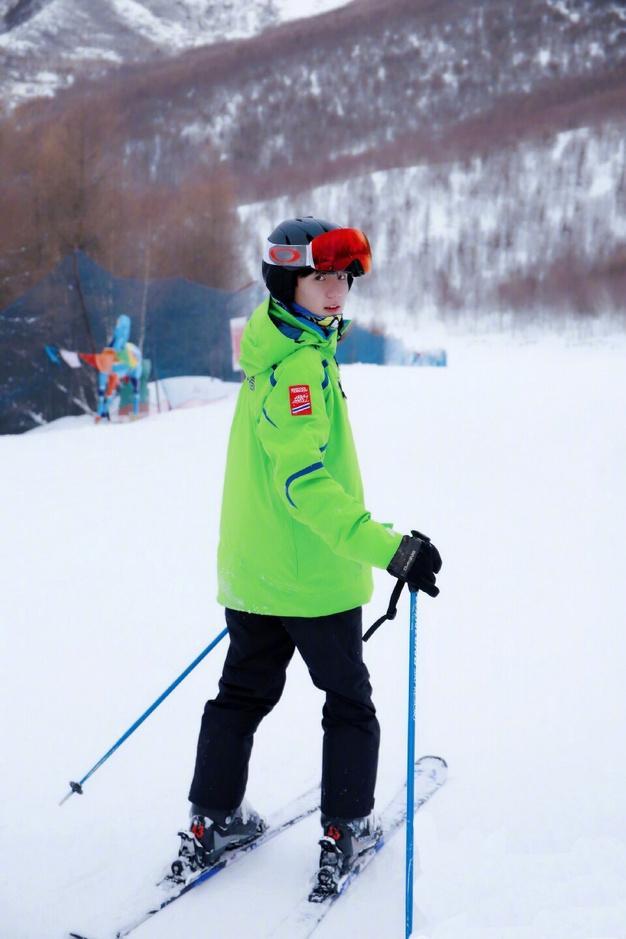 看偶像玩滑雪两不误 王源出任快乐冰雪季大使