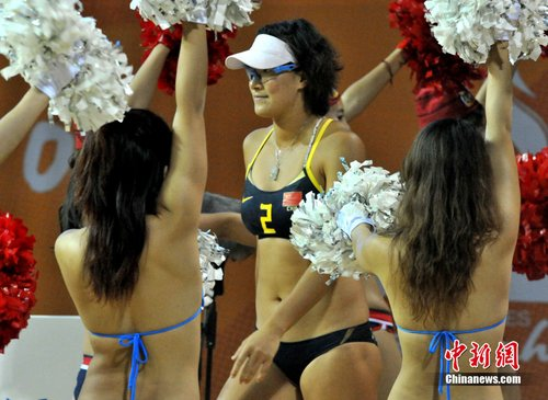 沙排赛场:沙滩宝贝欢迎中国选手入场