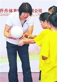 郎平现身深圳支教大运 耐心教孩子们排球技艺
