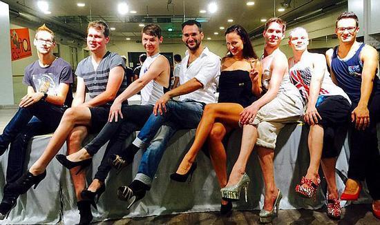 奇葩!奥地利开男性高跟鞋课程 芭蕾老师授课