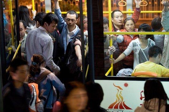 图为公交人满为患. 相关阅读: 读完这篇文章后,您心情如何?