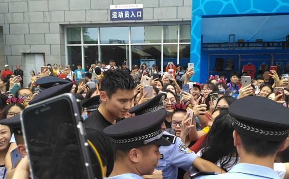 人民日报:宁泽涛靠颜值维系影响力难达预期效果