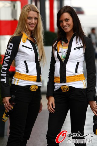 图文:F1比利时站开赛在即 雷诺美女惹人眼