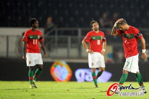 欧预赛-C罗缺阵葡萄牙4-4 鱼腩压哨破门抢1分