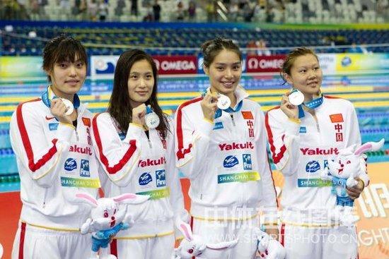 女4x100混合泳接力中国屈居亚军 美国队夺冠