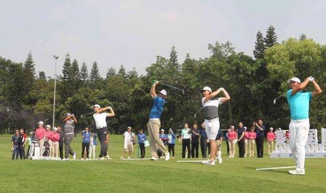 高尔夫深圳赛:雷雨中断比赛 维斯伯格后来居上