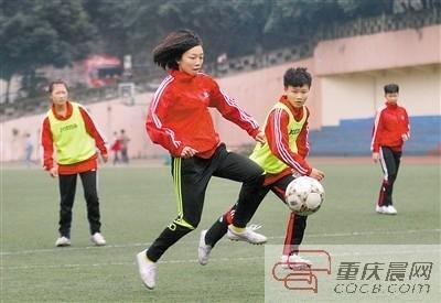 校园足球在重庆发展脚步不一 均缺专业教练