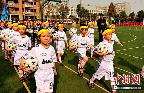 马明宇受聘技术顾问 指导成都女足小队员(图)