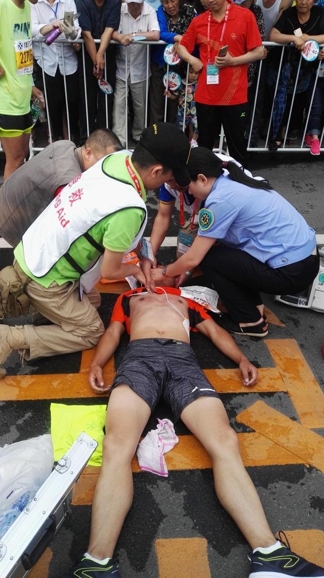 急救跑者回顾吉马生死时速:和志愿者轮番按压