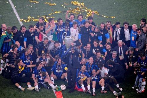 图文:欧冠决赛国米2-0拜仁 国米捧起奖杯