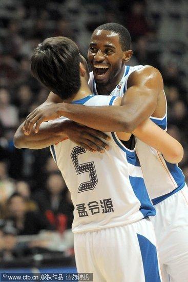 姚明督战哈里斯献双20+ 上海轻取吉林两连胜