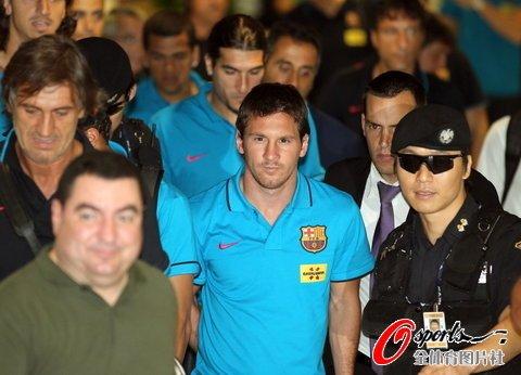 巴萨抵达韩国首尔,梅西受追捧