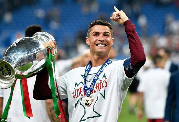 欧足联公布最佳阵容:C罗格子领衔 葡萄牙4人