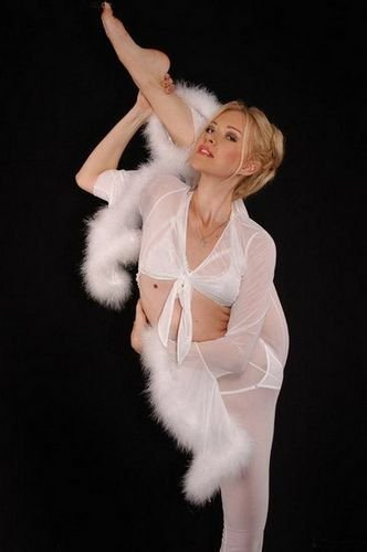 俄罗斯美女秀柔术 拍性感写真演制服诱惑组图
