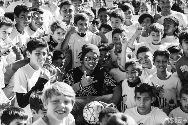 小罗写给8岁的自己:简简单单踢球 感谢三个人