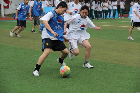校园足球工作领导小组捐赠了比赛号码服,获奖球员球队奖品等足球训练