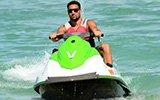 汤神驾摩托艇出海度假