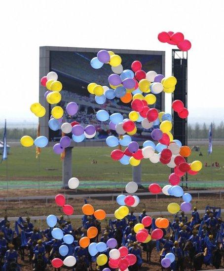 开幕式献唱放飞五彩气球与和平鸽