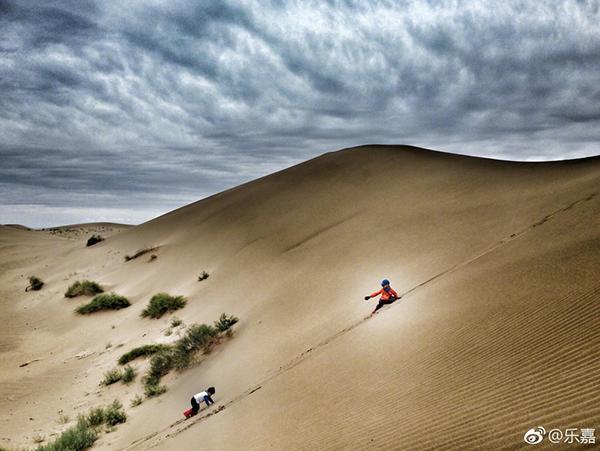 乐嘉带4岁女儿沙漠徒步76公里 教育方式引热议