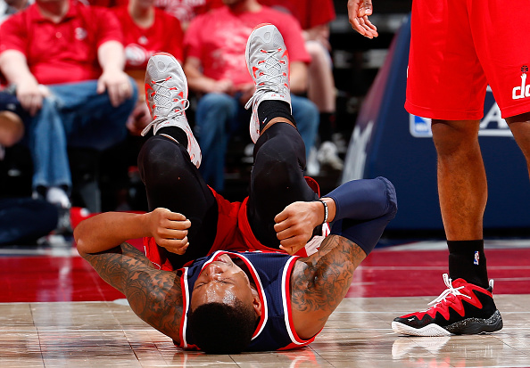 【受伤】比尔跳投落地脚踝扭伤表情痛苦退场截图
