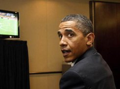 奥巴马参会不忘看球