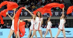 高清:篮球宝贝大秀扇子舞 婀娜多姿长腿吸睛