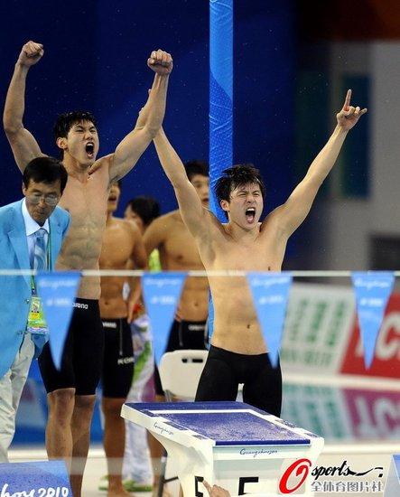 王帅:当时想快一点 周嘉威:已游出最好成绩