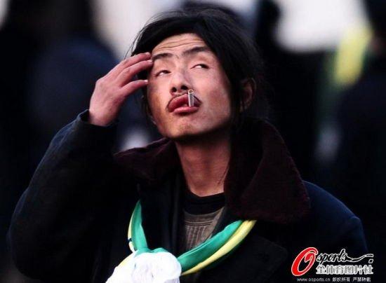 """犀利哥""""真名叫周旭,他称,他从小就喜欢足球,小时候几乎整天泡在工体看"""