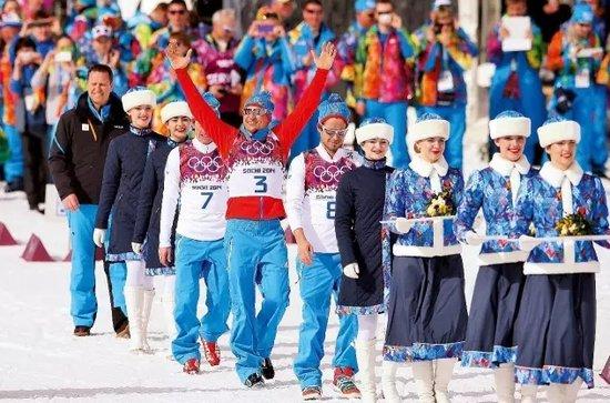 索契冬奥会越野滑雪男子50公里金牌获得者亚历山大·列赫科夫(左五)在颁奖仪式上